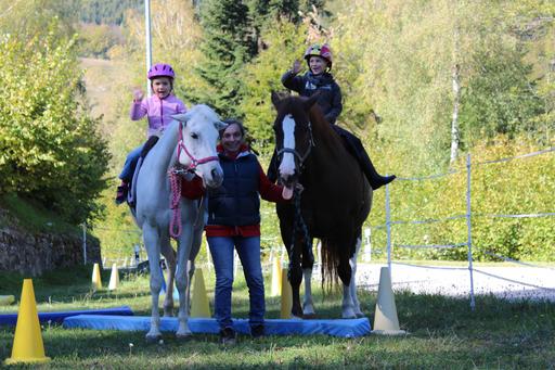 Die Begegnung mit dem Pferd in Romont sorgt für strahlende Gesichter